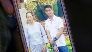 Tante Thamma zeigt ein Foto von Ekapol und seiner Großmutter