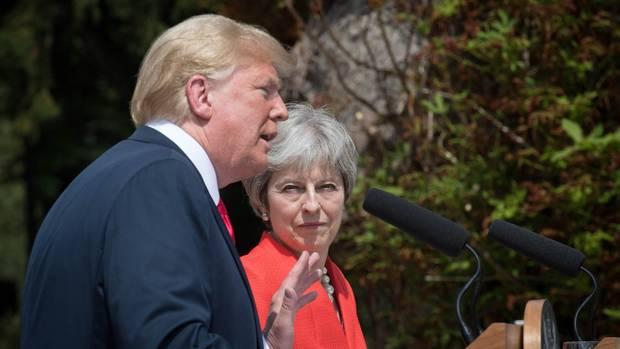 Auf dem Landsitz Chequers geben US-Präsident Donald Trump und die britische Premierministerin Theresa May eine gemeinsame Pressekonferenz