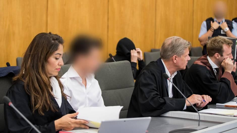 In einem hölzern getäfelten Gerichtssaal sitzen junge Männer zwischen ihren Anwälten auf der Anklagebank im Landgericht Essen