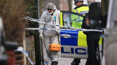 Die Ermittler am Ort des Verbrechens in Reddish, einem Vorort in der Nähe von Manchester.