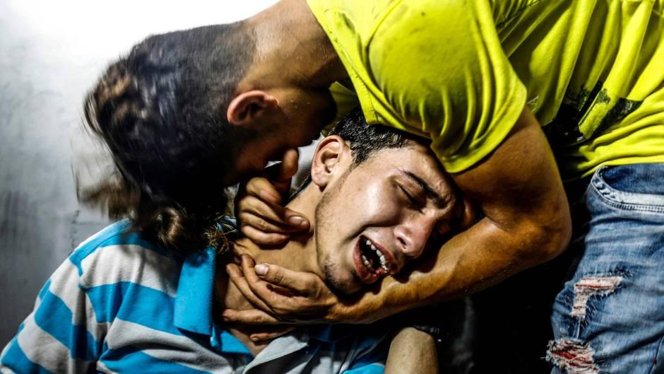 Gaza-Stadt, Gazastreifen. Zwei palästinensische Jugendliche trauern im Krankenhaus von Al-Shifa, nachdem zwei ihrer Freunde bei den israelischen Bombenangriffen getötet wurden. Die Luftschläge waren eine Reaktion auf die dutzendfachen Raketen- und Mörserangriffe der radikal-islamischen Hamas auf Israel.