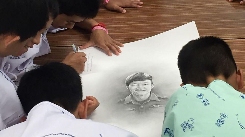 Thailändische Fußballmannschaft trauert um toten Ex-Navy-Seal-Taucher
