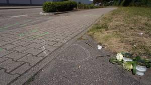 Blumen und Kerzen an der Unfallstelle in Gaggenau