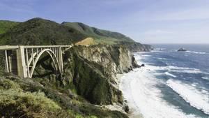 Eine Klippe mit Brücke