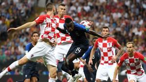 Ivan Perisic (zweiter Kroate von links) bekommt den Ball im eigenen Strafraum an die Hand