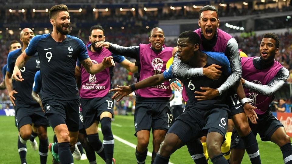 Die Spieler von Frankreich nach dem zwischenzeitlichen 3:1 durch Paul Pogba im WM Finale gegen Kroatien