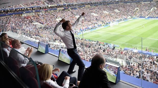 Emmanuel Macron in der Ehrenloge: Feiern bis zum Abwinken