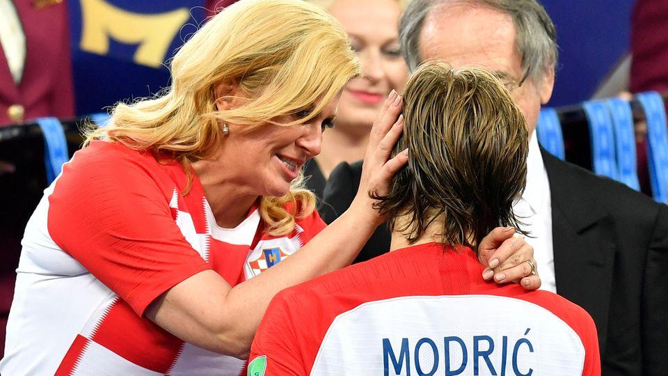 Kolinda Grabar-Kitarovic und Luka Modric nach Spielschluss