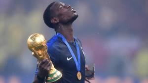 Paul Pogba mit dem WM-Pokal - Pressestimmen zum Finale