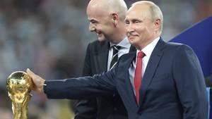 Russland, Moskau: Wladimir Putin berührt nach dem letzten Spiel den WM-Pokal