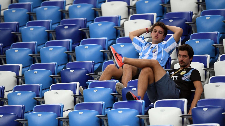 Gelangweilte Fußballfans sitzen auf der Tribüne
