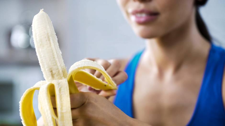 Eine junge Frau isst eine Banane