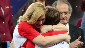 Die kroatische StaatspräsidentinKolinda Grabar-Kitarovic tröstet Luca Modric nach dem verlorenen WM-Finale