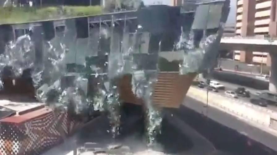 Spektakuläre Aufnahmen: Neues Einkaufszentrum stürzt ein - Bauarbeiter können Besucher rechtzeitig warnen
