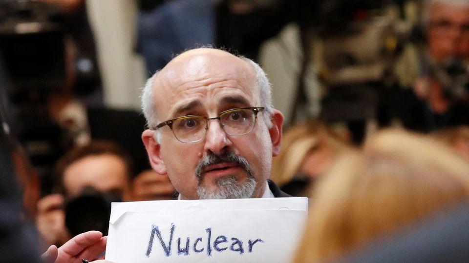 Ein Mann protestiert vor der Pressekonferenz von US-Präsident Donald Trump und seinem russischen Amtskollegen Wladmir Putin