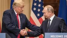 Donald Trump und Wladimir Putin geben sich zum Abschied des Gipfels in Helsinki die Hand