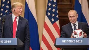 Helsinki - Donald Trump lächelt Wladimir Putin an