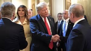 Donald Trump und Wladimir Putin begrüßen sich vor ihrem bilateralen Gespräch