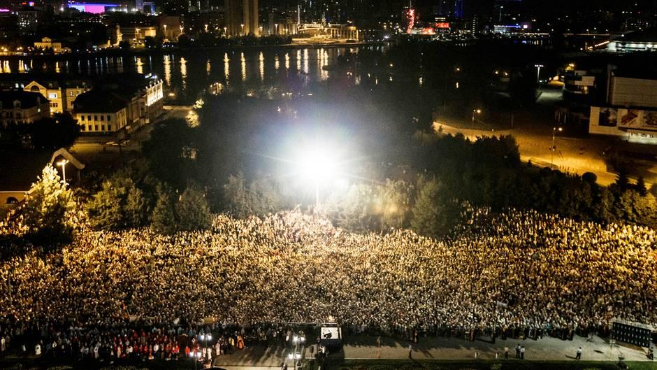 Eine Menschenmenge gedenkt der Zarenmorde vor 100 Jahren