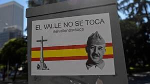 """""""Hände weg vom Tal"""" steht auf einem Plakat mit dem Foto des DikatorsFrancisco Franco. Erst vor wenigen Tagen protestiertenzahlreiche Franco-Anhänger gegen die Umbettung."""
