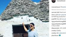 Manuel Neuer zeigt vermutlich an seinem Urlaubsort auf Mykonos, auf die Hausnummer Zehn