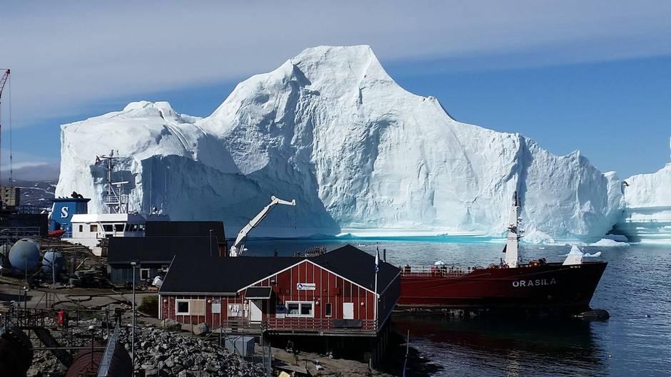 Angst vor Flutwelle: Gigantischer Eisberg bedroht Dorf in Grönland