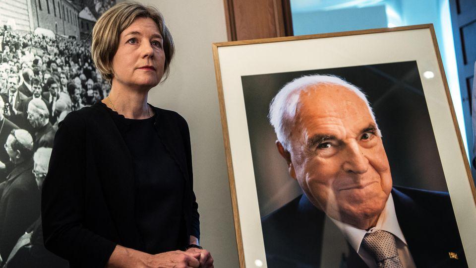 Maike Kohl-Richter, Witwe von Altbundeskanzler Helmut Kohl, steht neben dem Porträt ihres Mannes, das sie an das Museum übergab. Kohl war am 16. Juni 2017 im Alter von 87 Jahren gestorben.