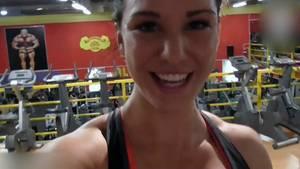 Nur hier wirklich glücklich? Anja Zeidler macht ein Selfie im Sportstudio.