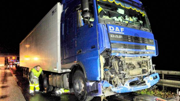 Ein Lastwagen steht nach einem Unfall mit einem Polizeiwagen auf der Autobahn A61. Nach dem Tod einer Polizistin auf der Autobahn 61 vor einem halben Jahr wurdeein damals betrunkener Lastwagenfahrer in Mönchengladbach nun verurteilt.