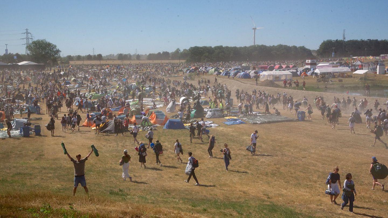 """Zur Eröffnung, gleich um 16:00 Uhr, erobern tausende Festivalbesucher das Camping Gelände, 16:20 Uhr stehen schon die meisten Zelte –hier zwischen """"Silent & Clean"""" (l.) und Dream City (r.)"""