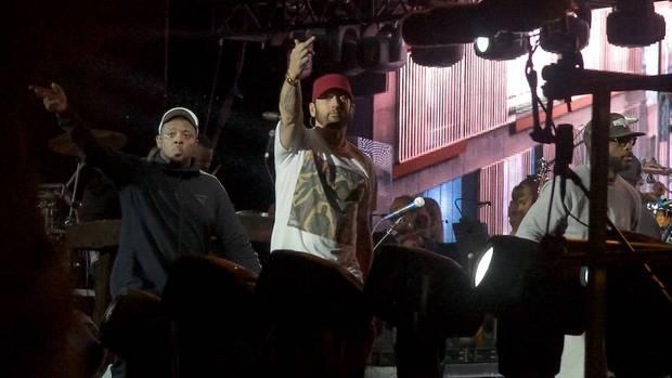 Der Mittelfinger gehört bei Eminem zum guten Ton. Kurz zuvor warderRapper noch ganz begeistert vom enthusiastischen Publikum