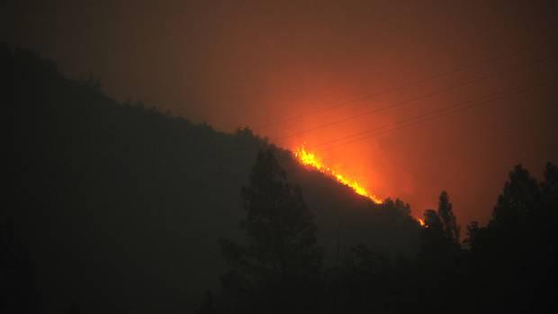 Blick auf einen Waldbrand in der Nähe des Yosemite-Nationalparks in Kalifornien