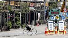 Eine Frau fährt mit dem Fahrrad durch Tokio, Japan