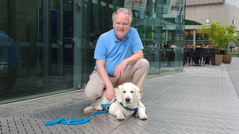 Markus Beyer, Gründer und Vorsitzender des Bundesverband Bürohund, mit seinem eigenen Bürohund Nando