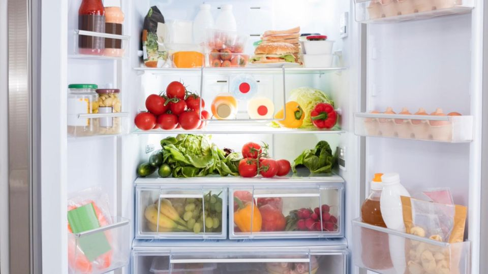 Geöffneter, voller Kühlschrank