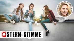 Drei Mädchen benutzen ihre Smartphones