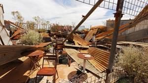 Stühle und Tische stehen noch, der Rest ist Ruine: Die Bar von Wittenoom war früher ein beliebter Treffpunkt für die Minenarbeiter, die Asbest abbauten. Ein Brand zerstörte das Gebäude. Es stürzte ein.