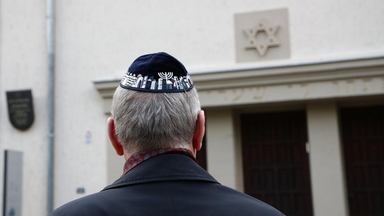 Speisevorschriften spielen im Judentum eine zentrale Rolle. Das Foto zeigt einen Mann mit Kippa bei einer Kundgebung gegen Antisemitismus im Frühjahr dieses Jahres in Erfurt.