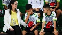 """""""Titan"""" Chanin Vibulrungruang (M.), einer der Jungen der geretteten Fußballmannschaft, weint bei einer Pressekonferenz als ein Bild des Tauchers, der an der Rettungsaktion beteiligt war und dabei starb, gezeigt wird"""