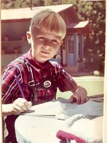 """Der junge Frank im Sommer 1970 vor dem himmelblauen Ferienhaus """"Sitio del Riacho"""" in Brasilien"""
