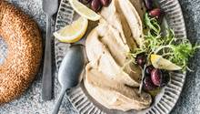 Tarama wird mit Röstbrot, Oliven, etwas Zitrone und kühlem Weißwein serviert