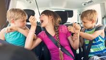 Kinder streiten sich im Auto