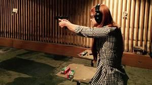 Maria Butina übt auf einem Schießstand in Moskau. Seit Jahren engagiert sie sich für die Waffenlobby.