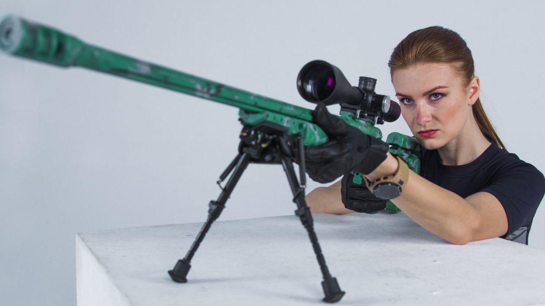 Maria Butina posiert mit einer Waffe. Seit Jahren engagiert sie sich für die Waffenlobby.
