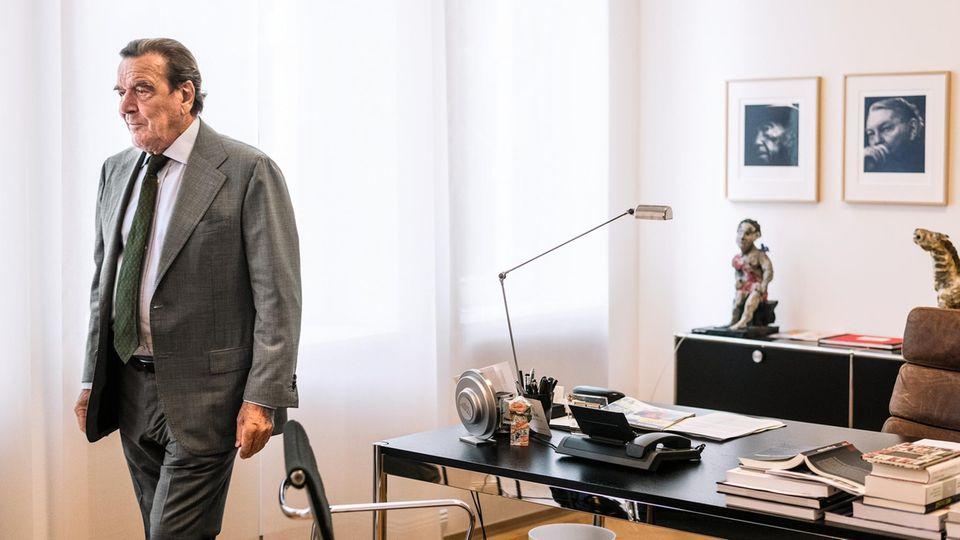 Im Blick der Mächtigen: An der Wand hinter dem Schreibtisch hängen die Porträts der einstigen Kanzler