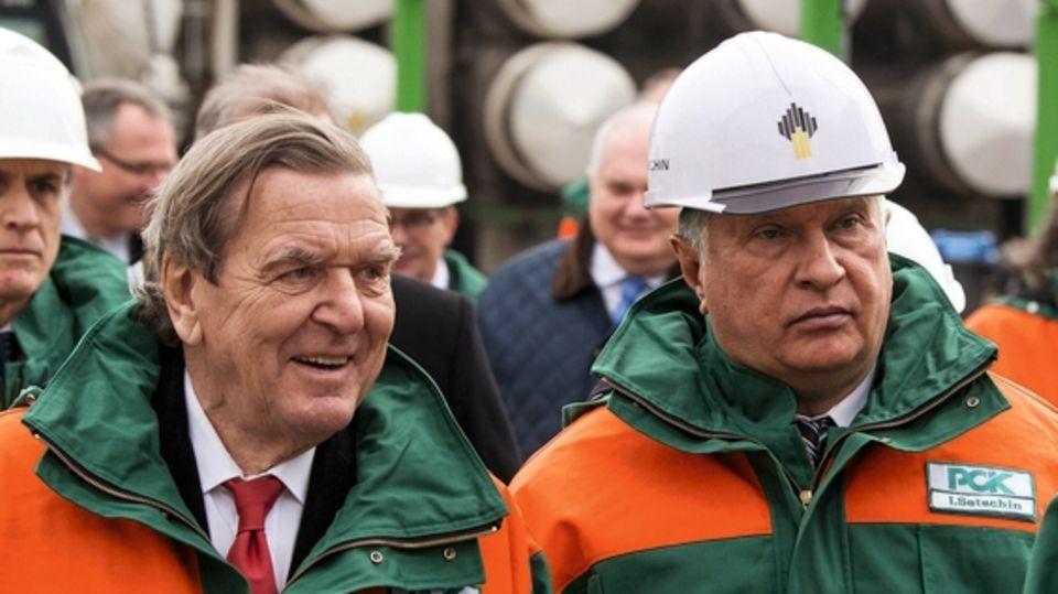 Im Namen von Rosneft  Der russische Staat besitzt die Aktienmehrheit am Öl- und Gaslieferanten, Vorstandschef Igor Setschin (r.) gilt außerdem als enger Vertrauter Putins. 2017 erzielte das Unternehmen 80 Milliarden Euro Umsatz. Auch Deutschland ist abhängig vom russischen Öl: Rosneft liefert ein Viertel des deutschen Bedarfs. Als Aufsichtsratschef erhält Gerhard Schröder nach eigenen Angaben weniger als ein Zehntel des Setschin-Gehalts. Der bezieht sechs Millionen Euro pro Jahr.