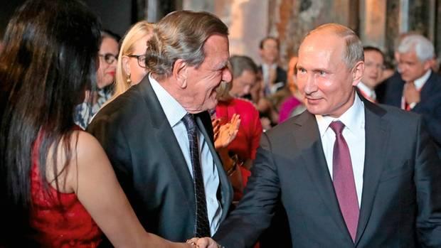 Schröders neue Ehefrau Kim hat längst seinen langjährigen Freund Putin getroffen, so auch bei einem Empfang in Wien