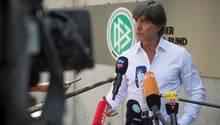 Joachim Löw lässt sich zu einem Statement vor der DFB-Zentrale blicken