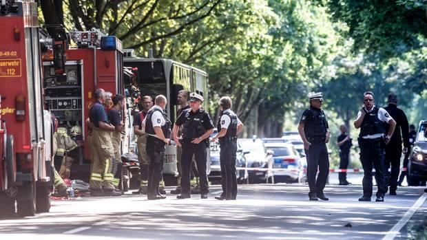 Die Polizei rückte nach der Gewalttat in dem Linienbus mit einem Großaufgebot zum Tatort im Stadtteil Kücknitz an