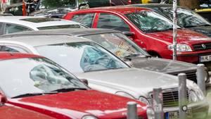 Mehrere Autos parken in einer Reihe